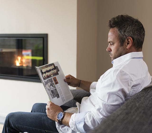 Homme lisant le journal devant son insert