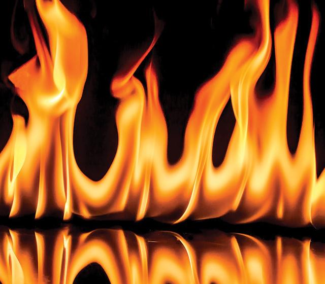 Le poêle à gaz offre de belles flammes