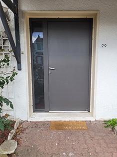 Pose d'une porte d'entrée Dorval de chez Bel'm.