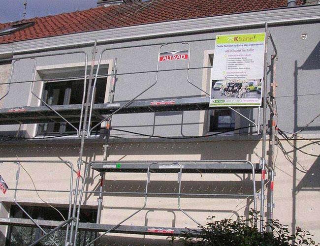 Isolation par l'extérieur finition enduit permettant l'amélioration de la performance énergétique et l'esthétisme de la maison.