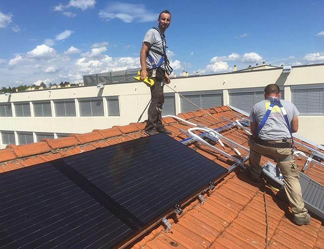 Pose de panneaux photovoltaïques hybrides Dualsun