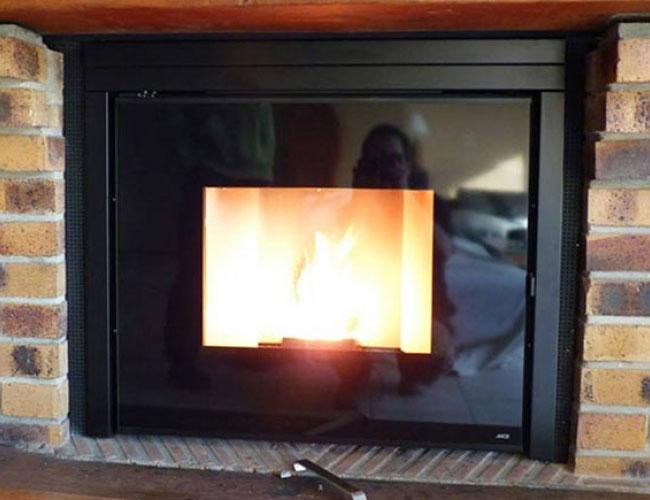 Pose d'un insert à granulés MCZ Vivo dans une cheminée
