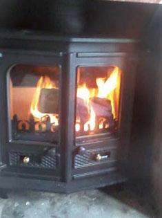 Installation d'un poêle à bois Charnwood dans une cheminée