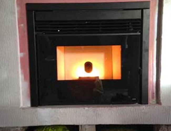 Installation d'un insert pellets MCZ dans une cheminée