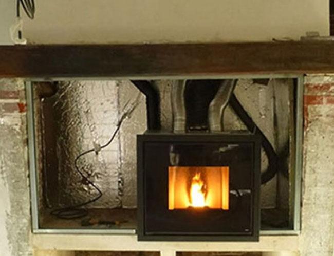 Pose d'un foyer fermé MCZ Vivo dans une cheminée