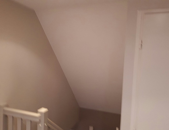 Pose d'une fenêtre Velux dans une cage d'escalier